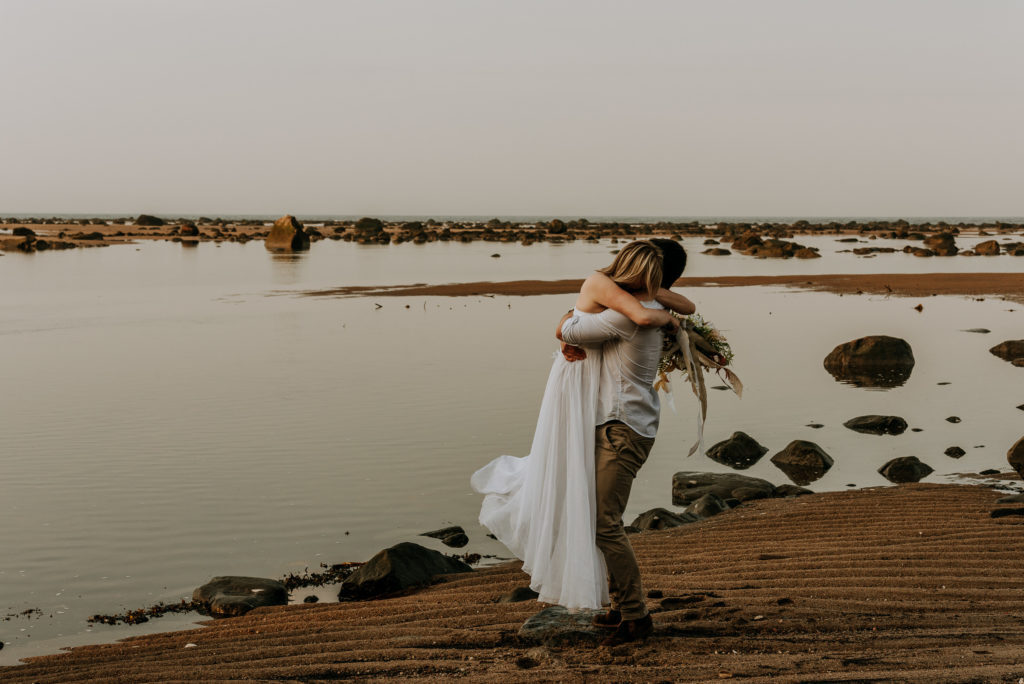 love-is-nord-photographe-mariage-intime-quebec-elopement-intimate-wedding-fleuve-mer-0021-1024x684