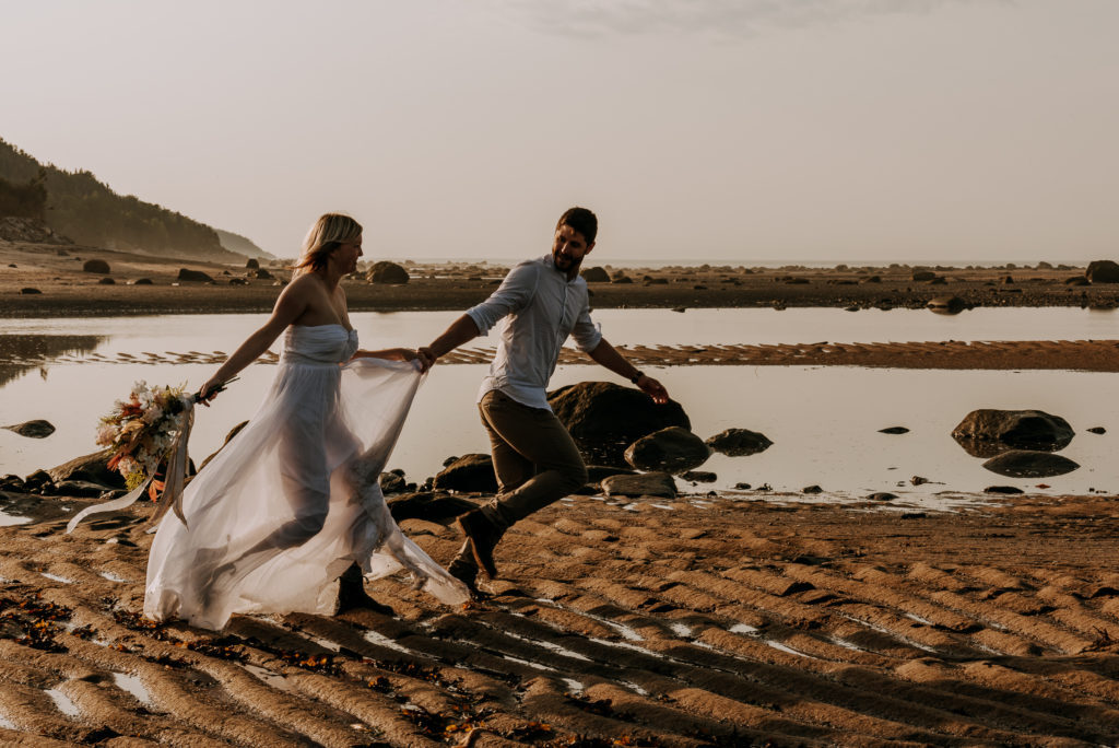 love-is-nord-photographe-mariage-intime-quebec-elopement-intimate-wedding-fleuve-mer-0044-1024x684